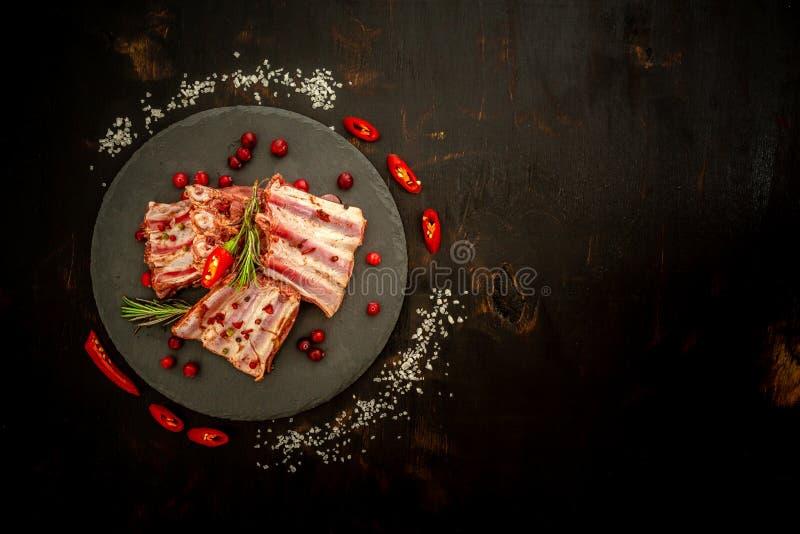 Πλευρά που μαγειρεύουν με τα συστατικά μαριναρισμάτων σάλτσας Έννοια συνταγής Τοπ επίπεδη άποψη στοκ εικόνες