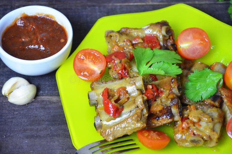 Πλευρά χοιρινού κρέατος που σιγοψήνονται με τη σάλτσα σόγιας και τη φυτική ντομάτα στο πιάτο στοκ φωτογραφίες με δικαίωμα ελεύθερης χρήσης