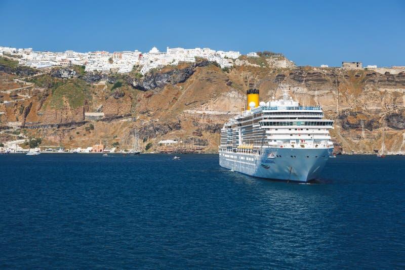Πλευρά Luminosa κρουαζιερόπλοιων στο παλαιό λιμάνι Thira στοκ φωτογραφίες