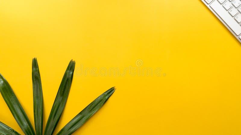 Πληκτρολόγιο με το κίτρινο γραφείο τ επιχειρησιακής έννοιας υποβάθρου leaveson στοκ εικόνες