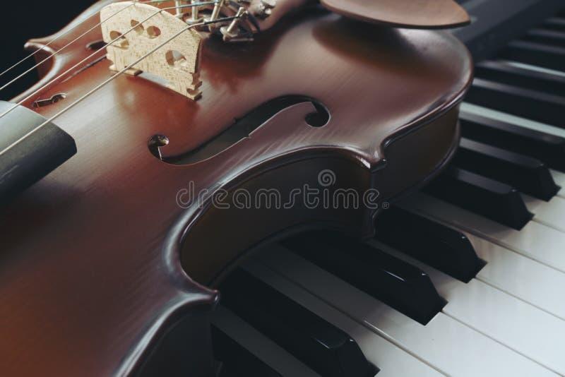 Πληκτρολόγιο πιάνων με το βιολί στοκ εικόνα με δικαίωμα ελεύθερης χρήσης