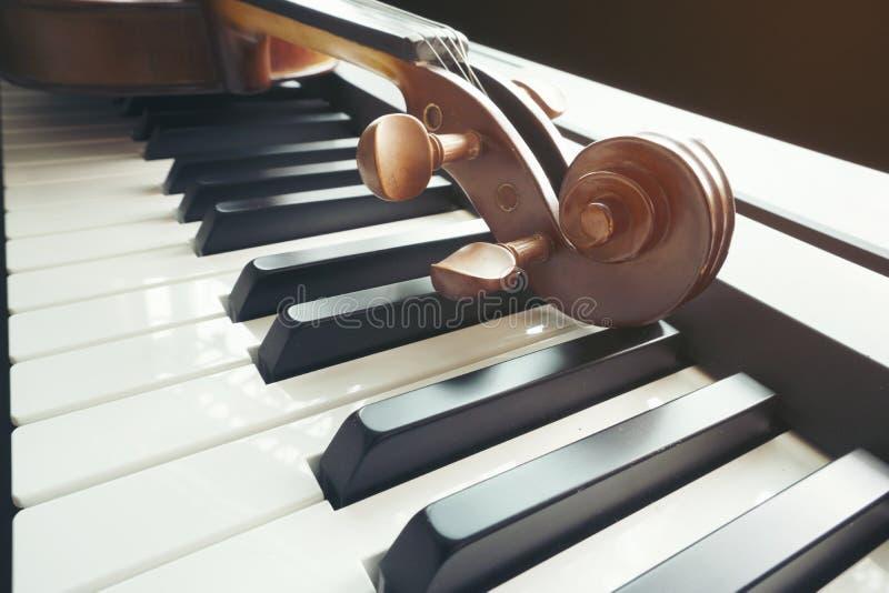 Πληκτρολόγιο πιάνων με το βιολί στοκ φωτογραφία με δικαίωμα ελεύθερης χρήσης