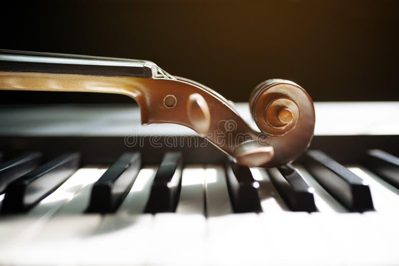 Πληκτρολόγιο πιάνων με το βιολί στοκ εικόνες