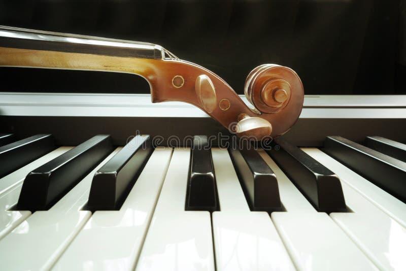 Πληκτρολόγιο πιάνων με το βιολί στοκ εικόνες με δικαίωμα ελεύθερης χρήσης