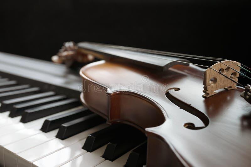 Πληκτρολόγιο πιάνων με το βιολί στοκ φωτογραφίες