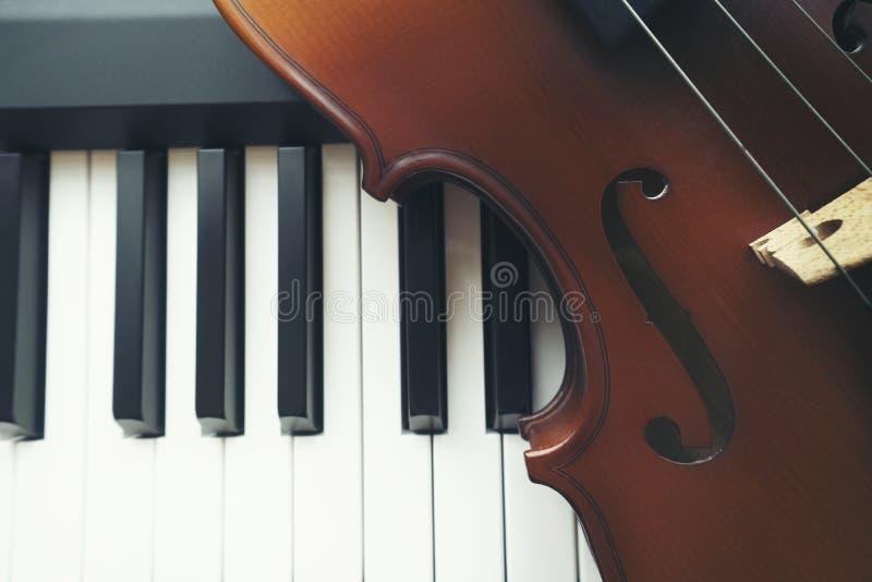 Πληκτρολόγιο πιάνων με το βιολί στοκ εικόνα