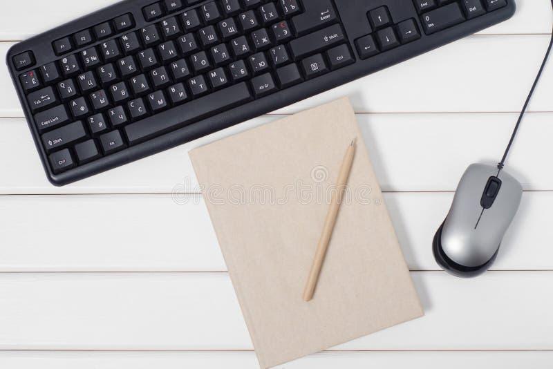 Πληκτρολόγιο ποντικιών λαβών σημειωματάριων από τον υπολογιστή στοκ φωτογραφία με δικαίωμα ελεύθερης χρήσης