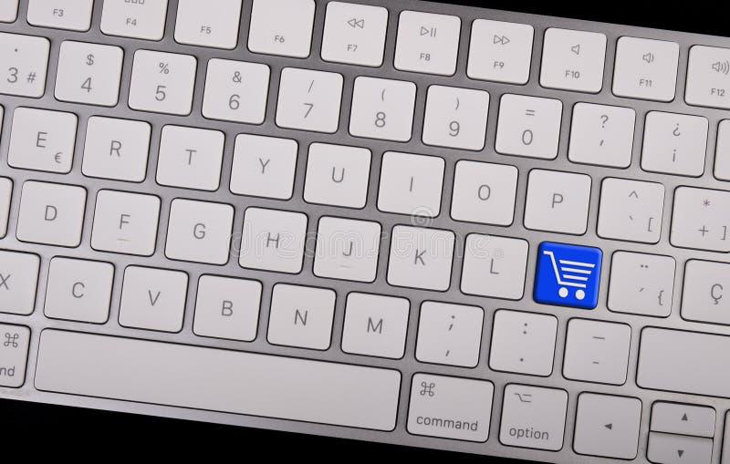 Πληκτρολόγιο σημειωματάριων υπολογιστών με το κάρρο αγορών εικονιδίων στο κλειδί r στοκ εικόνα