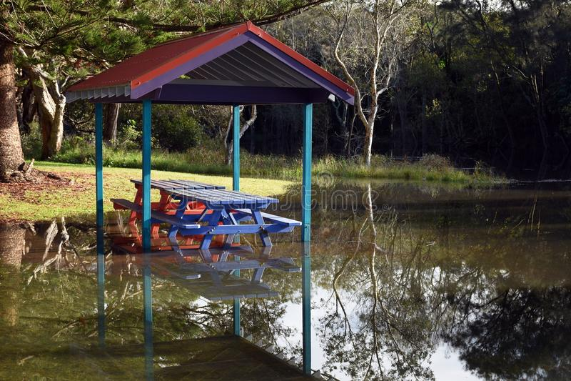 πλημμυρισμένος picnic πίνακας στοκ εικόνες