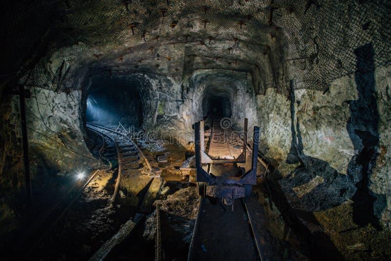 Πλημμυρισμένο εγκαταλειμμένο ορυχείο ουράνιου με τη σκουριασμένα ράγα και το καροτσάκι στοκ εικόνες
