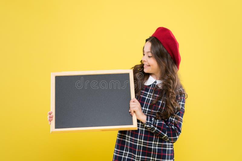 Πληροφόρηση σας Αναμείνετε τον απροσδόκητο Πίνακας πληροφοριών promo παιδιών Θέση για τις πληροφορίες Κενός πίνακας λαβής κοριτσι στοκ φωτογραφίες με δικαίωμα ελεύθερης χρήσης