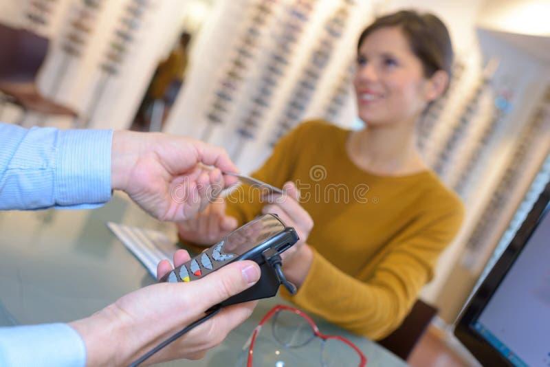Πληρωμή για τα γυαλιά στοκ εικόνες με δικαίωμα ελεύθερης χρήσης