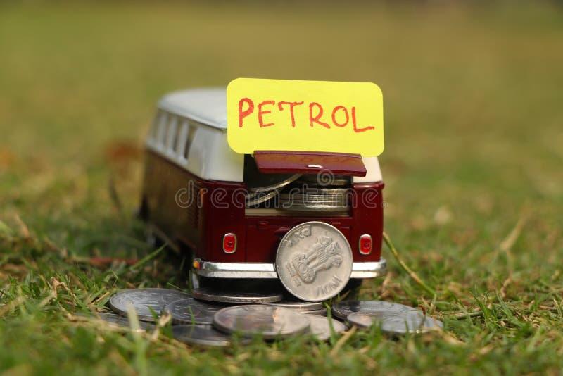 Πληρωμή για την έννοια βενζίνης Τιμή στοκ φωτογραφία με δικαίωμα ελεύθερης χρήσης
