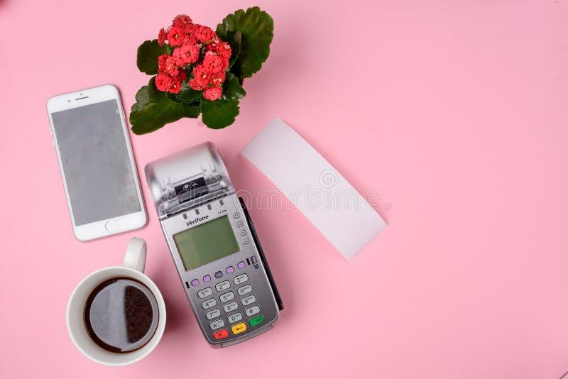 Πληρωμή για τον καφέ με το τηλέφωνο στοκ εικόνες