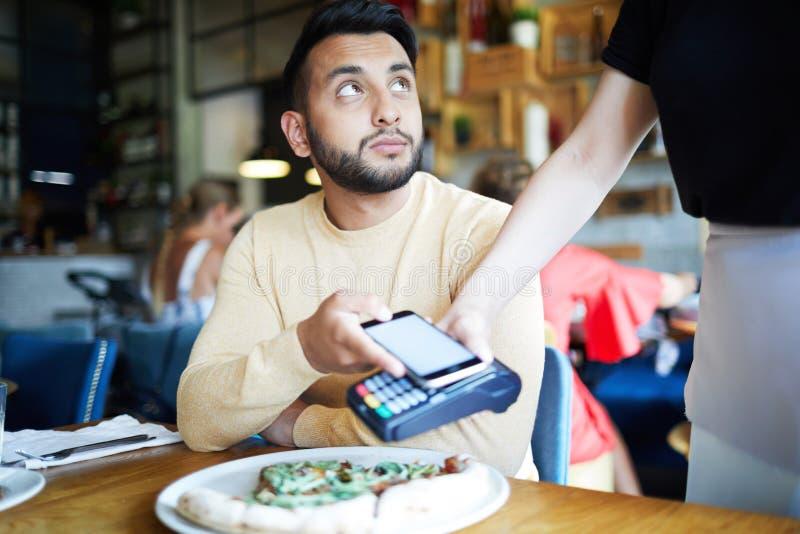 Πληρωμή για το μεσημεριανό γεύμα στοκ εικόνα