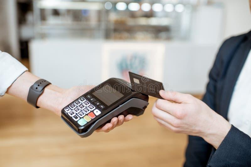 Πληρωμή με την κάρτα στον καφέ στοκ εικόνες με δικαίωμα ελεύθερης χρήσης