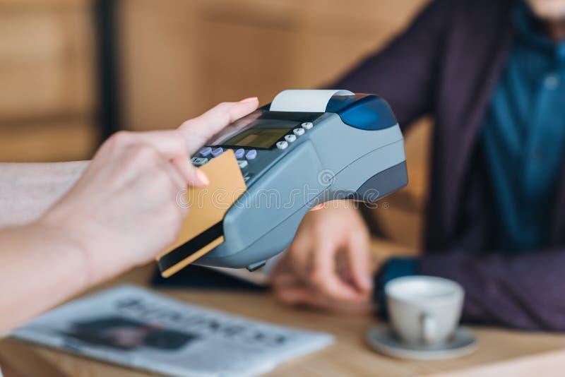 Πληρωμή με την πιστωτική κάρτα στον καφέ στοκ εικόνες