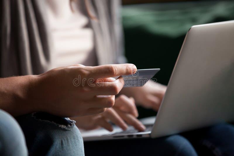 Πληρωμή της σε απευθείας σύνδεση έννοιας, ζεύγος που κάνει Διαδίκτυο που ψωνίζει με το credi στοκ εικόνες