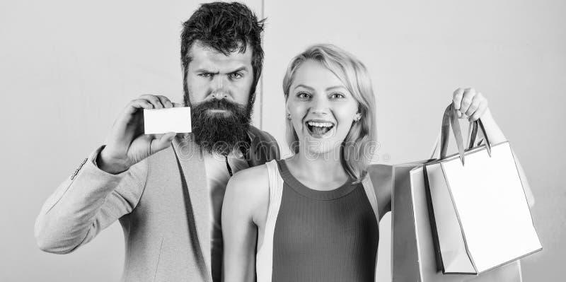 Πληρωμή χρονολογώντας Ζεύγος με τις τσάντες πολυτέλειας στη λεωφόρο αγορών Το ζεύγος απολαμβάνει Γενειοφόρος πίστωση λαβής hipste στοκ εικόνα