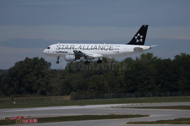 Πλησιάζοντας αερολιμένας αεροπλάνων της Lufthansa συμμαχίας αστεριών στοκ εικόνες