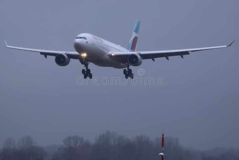 Πλησιάζοντας αερολιμένας αεροπλάνων Eurowings στοκ φωτογραφία με δικαίωμα ελεύθερης χρήσης