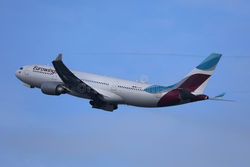 Πλησιάζοντας αερολιμένας αεροπλάνων Eurowings στοκ εικόνες