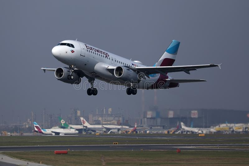 Πλησιάζοντας αερολιμένας αεροπλάνων Eurowings στοκ εικόνα με δικαίωμα ελεύθερης χρήσης