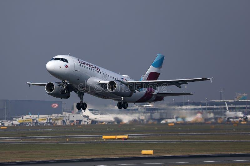 Πλησιάζοντας αερολιμένας αεροπλάνων Eurowings στοκ φωτογραφίες με δικαίωμα ελεύθερης χρήσης