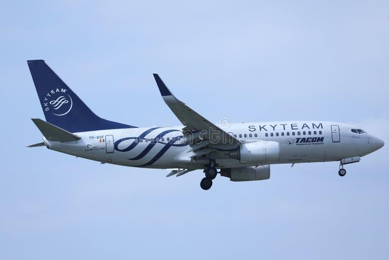 Πλησιάζοντας αερολιμένας αεροπλάνων Tarom, έτοιμος για την προσγείωση στοκ εικόνα με δικαίωμα ελεύθερης χρήσης