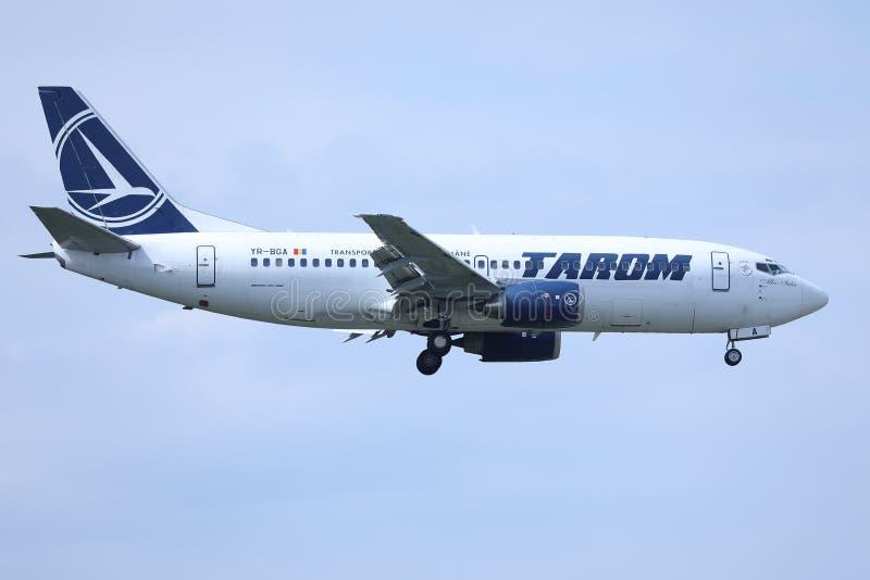 Πλησιάζοντας αερολιμένας αεροπλάνων Tarom, έτοιμος για την προσγείωση στοκ εικόνες