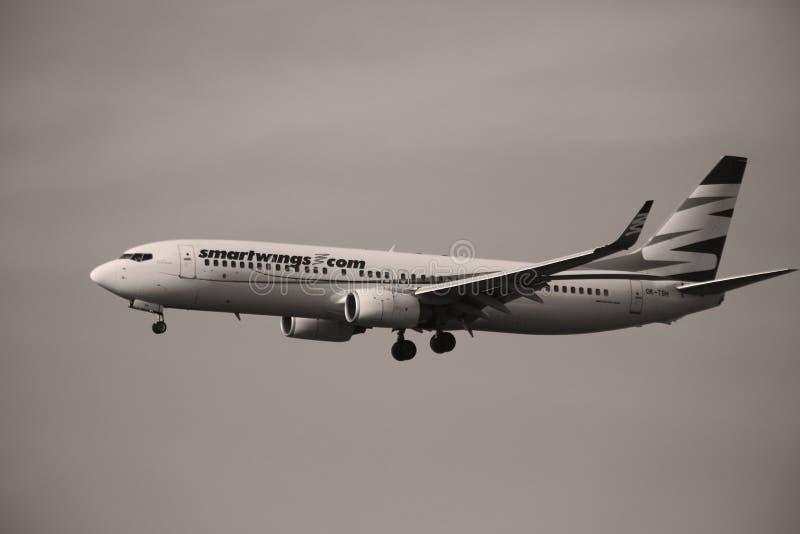 Πλησιάζοντας διάδρομος αεροπλάνων Smartwings στοκ εικόνες με δικαίωμα ελεύθερης χρήσης