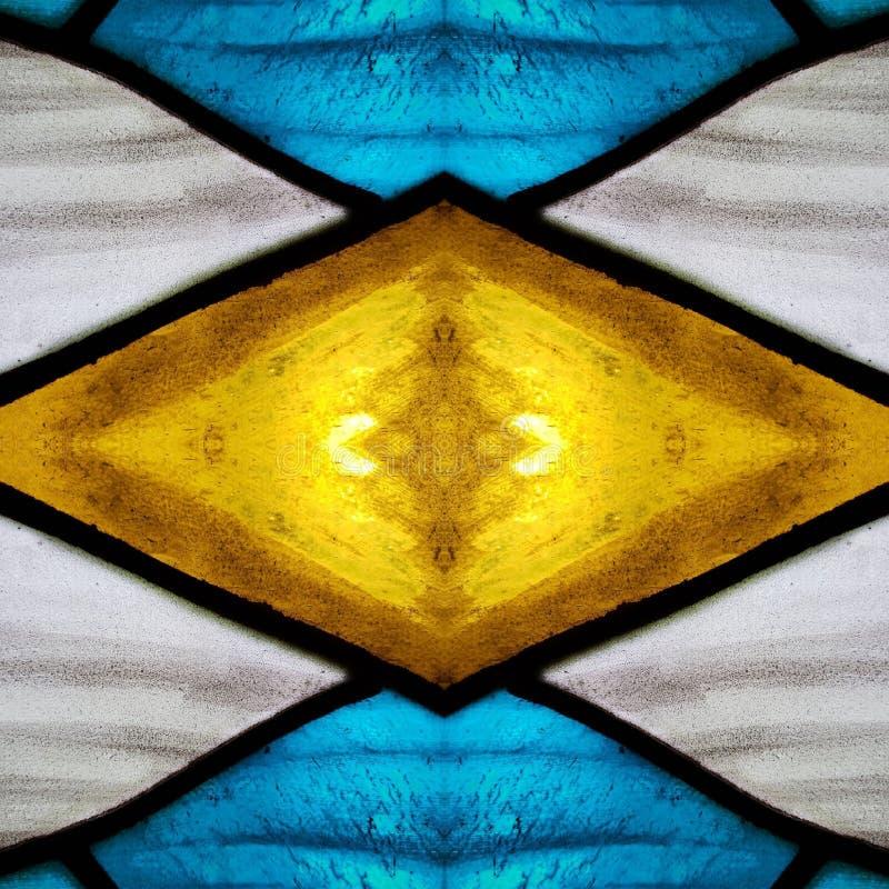 πλησιάζοντας το λεκιασμένο γυαλί στα άσπρα, κίτρινα και μπλε χρώματα, με την επίδραση συμμετρίας και αντανάκλασης, το υπόβαθρο κα στοκ εικόνες