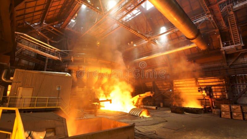 Πλινθώματα Asting στο κατάστημα χυτηρίων, μεταλλουργική παραγωγή r Λειώνοντας χάλυβας στις εγκαταστάσεις, βαριά βιομηχανία και στοκ φωτογραφίες με δικαίωμα ελεύθερης χρήσης