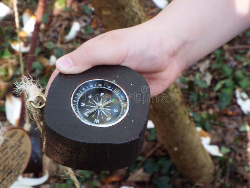 Πλοήγησης πυξίδα που κρατιέται υπό εξέταση στοκ εικόνα με δικαίωμα ελεύθερης χρήσης