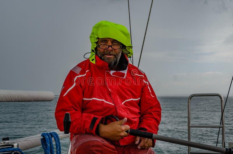 Πλοίαρχος στο τιμόνι στη βροχή στοκ εικόνες με δικαίωμα ελεύθερης χρήσης