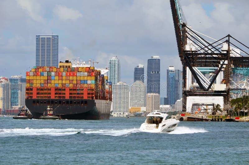 Πλοίο μεταφοράς τυποποιημένων εμπορευματοκιβωτίων που φθάνει στο λιμένα του Μαϊάμι στοκ εικόνες με δικαίωμα ελεύθερης χρήσης