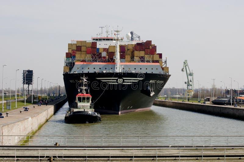 πλοίο μεταφοράς τυποποιημένων εμπορευματοκιβωτίων στοκ εικόνα