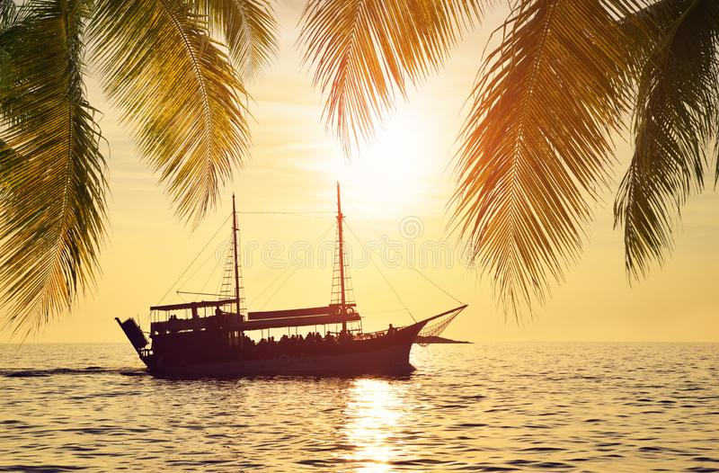 Πλοίο στη θάλασσα το ηλιοβασίλεμα στοκ φωτογραφίες