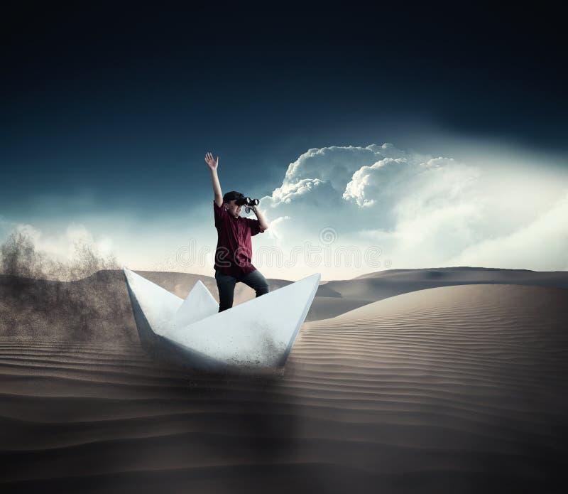 Πλοηγήστε στην έρημο στη βάρκα εγγράφου στοκ εικόνα