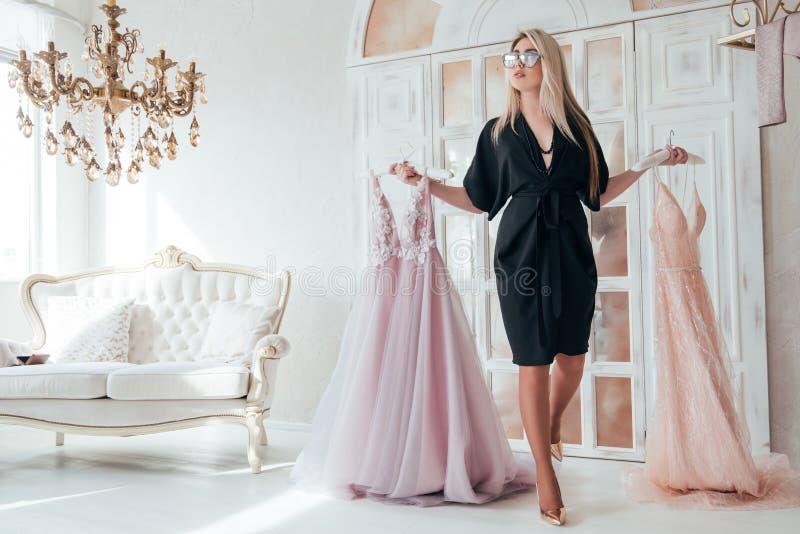 Πλούσια εσθήτα βραδιού γυναικών αιθουσών εκθέσεως μόδας πολυτέλειας στοκ φωτογραφία με δικαίωμα ελεύθερης χρήσης