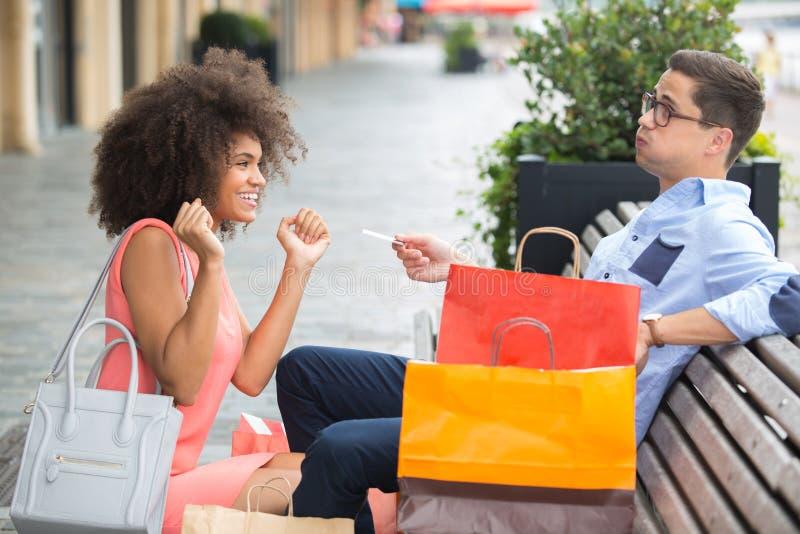 Πλούσιος άνθρωπος που δίνει στη γυναίκα τη χρεωστική κάρτα στη shopaholic σύζυγο στοκ εικόνες με δικαίωμα ελεύθερης χρήσης