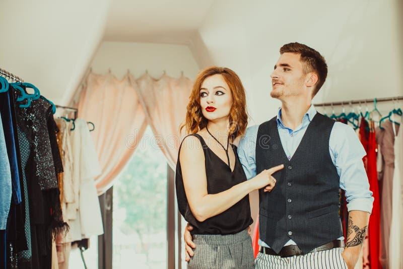 Πλούσιος άνθρωπος στο κατάστημα φορεμάτων στοκ εικόνες με δικαίωμα ελεύθερης χρήσης