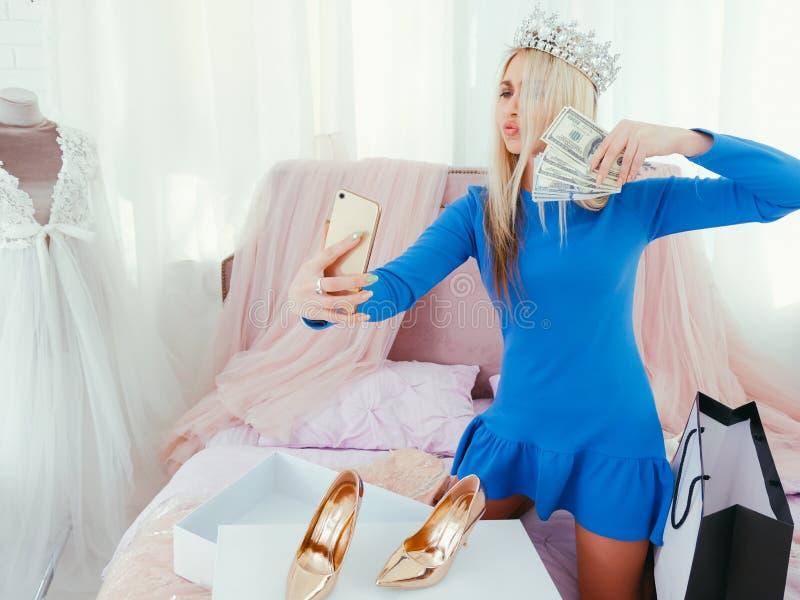 Πλούτος που τα πλούσια κοινωνικά μέσα τρόπου ζωής κοριτσιών στοκ φωτογραφία με δικαίωμα ελεύθερης χρήσης