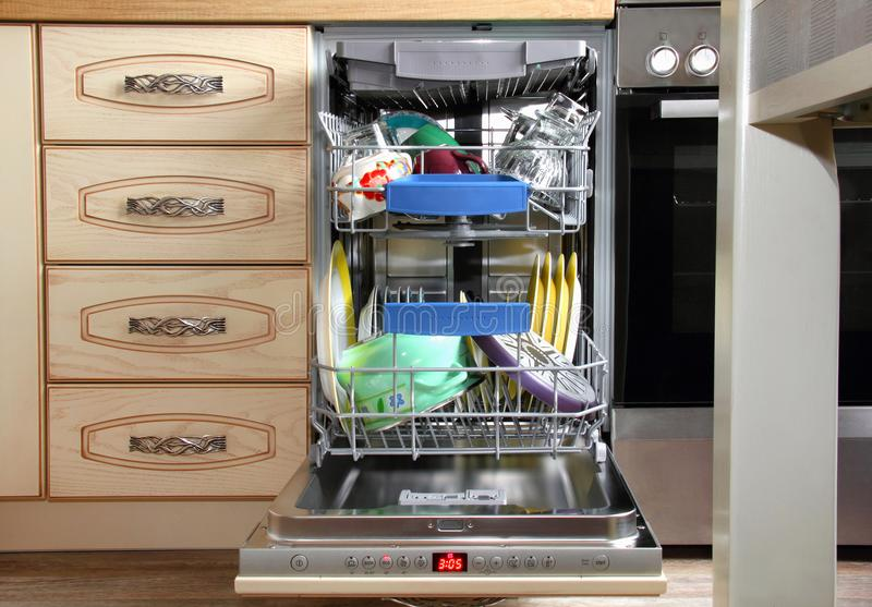 Πλυντήριο πιάτων κουζινών στο εσωτερικό στοκ εικόνες με δικαίωμα ελεύθερης χρήσης