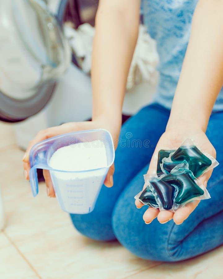 Πλυντήριο πλυσίματος κοριτσιών με το διαφορετικό απορρυπαντικό στοκ φωτογραφία με δικαίωμα ελεύθερης χρήσης