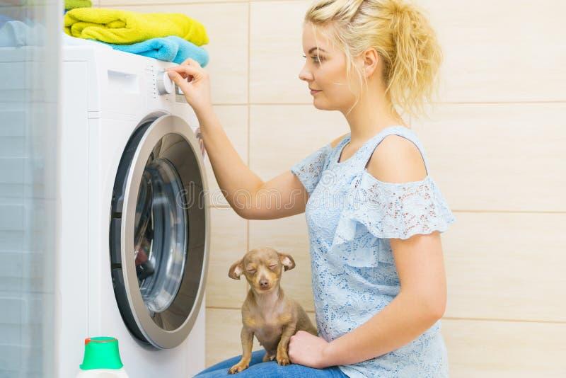 Πλυντήριο ρύθμισης γυναικών στοκ εικόνα με δικαίωμα ελεύθερης χρήσης