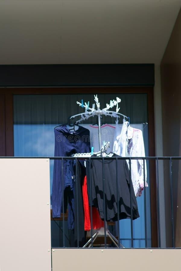 Πλυντήριο στο μπαλκόνι στοκ φωτογραφίες με δικαίωμα ελεύθερης χρήσης