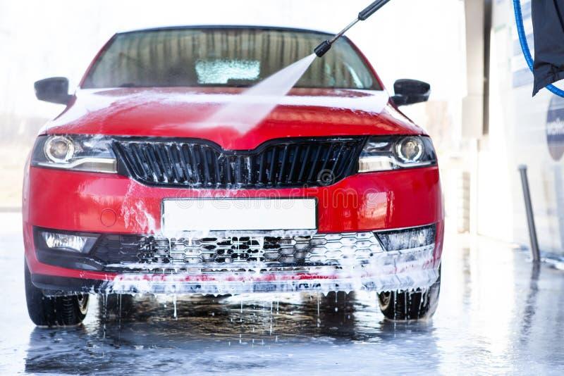 Πλύση αυτοκινήτων Καθαρίζοντας αυτοκίνητο που χρησιμοποιεί το υψηλό νερό στοκ φωτογραφίες