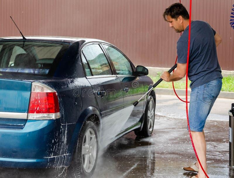 Πλύση αυτοκινήτων που χρησιμοποιεί το υψηλό νερό στοκ φωτογραφία