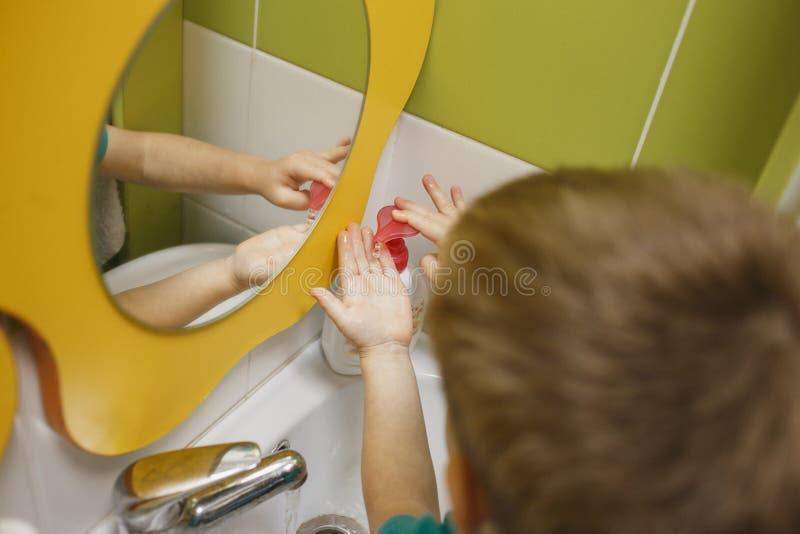 Πλύσιμο μικρών παιδιών τα χέρια του πρίν στον παιδικό σταθμό στοκ εικόνα με δικαίωμα ελεύθερης χρήσης